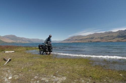 jezioro wanaka stopy rowerzysta